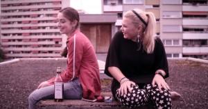 Pressefoto_SITTING_NEXT_TO_ZOE-Lea_Bloch_(Asal)-Runa Greiner_(Zoe) (1)